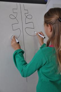 Madège tekent op het Whitebord.