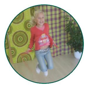 motoriek: meisje is aan het touwtje springen