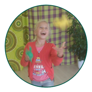 motoriek: bij instituut O,zo in Edam, een meisje aan het jongleren