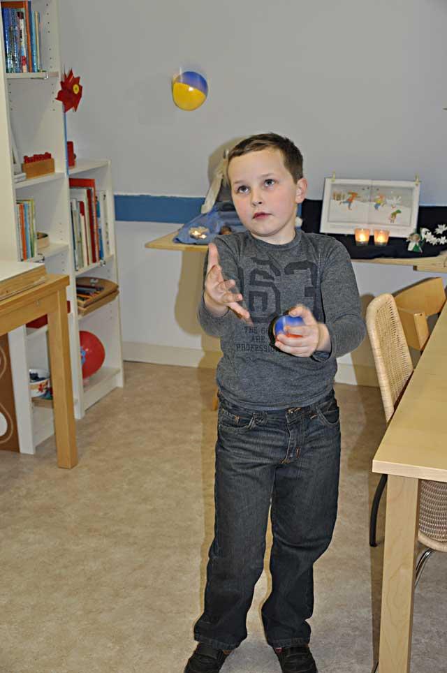 jongen is aan het jongleren met ballen in praktijk O,zo