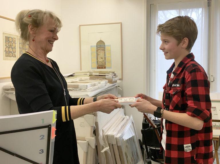 Marijke van Vuure overhandigd haar tweede boek Leren Lezen met je Lijf aan Resa, een van de kinderen uit haar praktijk