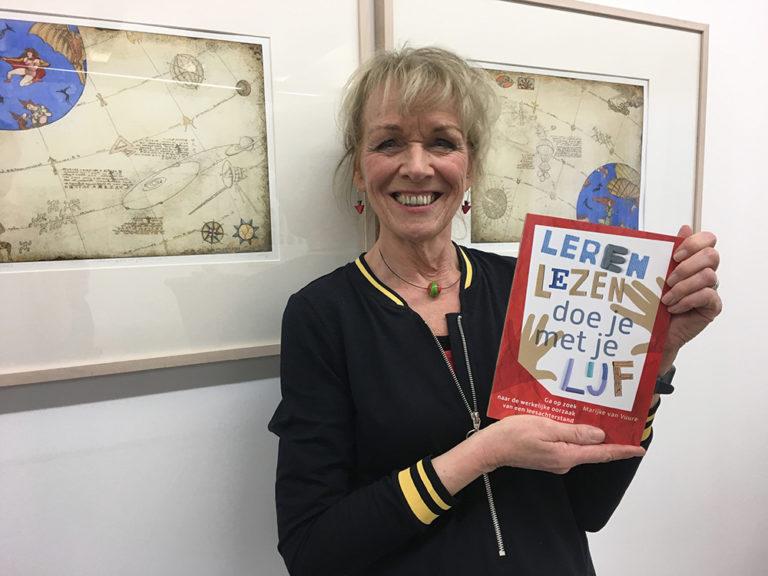 Marijke van Vuure presenteert het boek Leren Lezen doe je met je Lijf tijdens de boekpresentatie