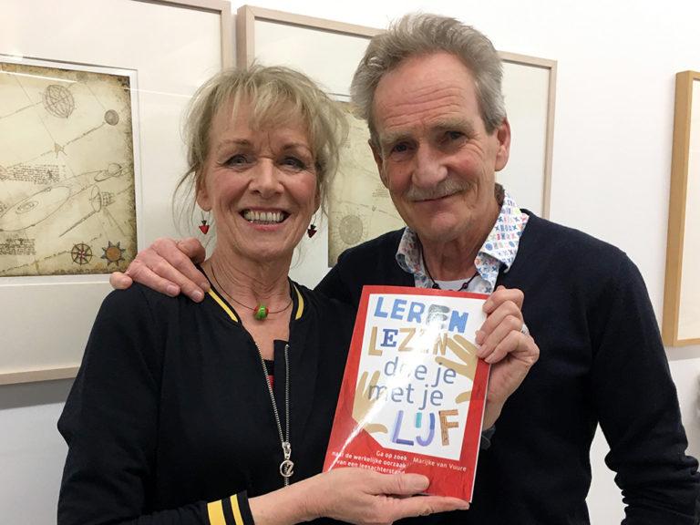 Marijke van Vuure en haar partner Kees Latjes met het boek Leren Lezen doe je met je Lijf tijdens de boekpresentatie