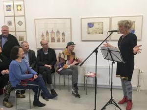 Marijke van Vuure spreekt haar genodigden toe tijdens haar boekpresentatie van het boek Leren Lezen doe je met je Lijf in Edam