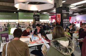 Marijke van Vuure signeert haar boeken na de lezing in Antwerpen