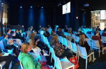 publiek luistert aandachtig naar de lezing in Antwerpen van Marijke van Vuure